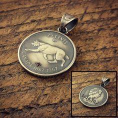 カナダ(山猫)アメリカ(白頭鷲)の北米25銀貨コンビのペンダントトップにガーネット彫り留め  裏面には大切な日付を深彫り彫刻  #coinjewelry #necklace #pendant #garnet #stone #cat #eagle #vintage #engraving #canada #usa #quarterdollar #25cents #birthday
