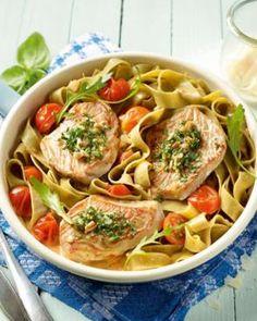 Putenschnitzel mit grünen Bandnudeln: http://kochen.bildderfrau.de/rezepte/rezept_gratinierte-putenschnitzel-mit-grunen-bandnudeln-und-kirschtomaten_327086.aspx #pasta