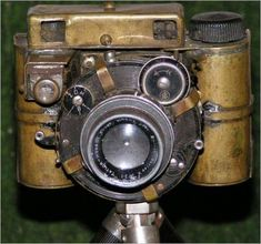 We have seen the steampunk USB drive and steampunk PC. Now let's take a look at the incredible steampunk camera DIY by Howard Boys. Old style machines, cooper m Gadgets Steampunk, Chat Steampunk, Style Steampunk, Steampunk Fashion, Steampunk Design, Steampunk Cosplay, Steampunk Halloween, Steampunk Crafts, Steampunk Watch
