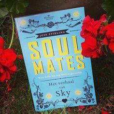 Dag 7 van de #BBBookstagram #Challenge: #Booksandflowers Het seizoen van de bloemen nadert zo langzamerhand zijn einde. Gelukkig nog deze mooie rode en enigszins verwelkte kunnen vinden (vraag me aub niet naar de naam) om de foto mee op te fleuren. Het Verhaal van Sky is trouwens een heerlijk verhaal voor de romantici onder ons ;) #bookstagram #instabooks #hetverhaalvansky #jossstone #blossombooks #spreadthebooklove #flowers #books #outside #boeken #lezen #coverlove #youngadult #ya #romance…