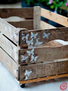 Idee per mettere in ordine: la cassetta in legno vintage con rotelle e decorazioni
