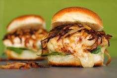 I am going to make these sandwiches, but as sliders. French Onion Chicken Sandwiches - all of the flavor of French Onion Soup, in a chicken sandwich! Ideas Sándwich, Food Ideas, Beste Burger, French Onion Chicken, Mexican Chicken, Food Porn, Fingerfood Party, Brunch, Little Lunch