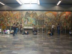 El mural La Universidad en el umbral del siglo XXI del pintor Arturo García Bustos se inaugura el 26 de julio de 1989, en la estación Universidad, línea 3. En el centro del mural se aprecia el emblema de la Universidad, el alma mater: el cóndor y el águila forman parte del escudo, que significa latinoamericanismo. -Metro, Estación Universidad, línea 3-
