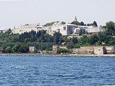Sarayburnu'nun Marmara Denizi ile birleştiği noktadaki surlar ve Topkapı Sarayı