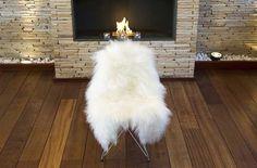 Unsere Schaffelle eignen sich perfekt als Weihnachtsgeschenke. Modern Bar, House, Furniture, Home Decor, Sheepskin Rug, Christmas Presents, Decoration Home, Home, Room Decor