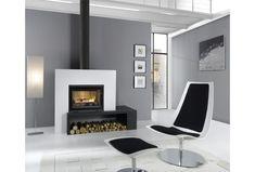 Cheminée-poêle conçue en acier blanc pour un chauffage au bois et équipée d'une banquette noire et la technologie HP. Fireplace Console, Stove Fireplace, Modern Fireplace, Fireplace Design, Walnut Wood Floors, Modern Stoves, Wood Burner, Log Homes, Home Remodeling