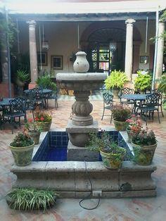 Fuente central patio mexicano en Jalisco