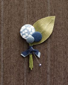 Easy DIY boutonniere, a combination of coloured buttons and fabric. A very charming effect.