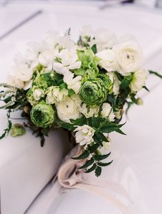 green and white bouquet ranunculus | Photography: Leila Brewster #weddingflowers
