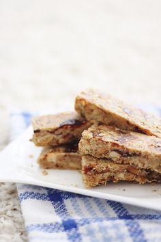 Granula Riegel: Glutenfrei, vegan, und super lecker auf VANILLAHOLICA.com . Wenn es morgens einmal nicht für ein ausgiebiges gesundes Frühstück reicht, esse ich sehr gerne selbstgemachte Granula Riegel. Die Riegel sind vegan, laktosefrei und bieten den besten Snack für unterwegs. Mit wenigen Zutaten kann man in weniger als 10 Minuten dabei ein gesundes, veganes Frühstück für unterwegs zaubern.