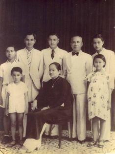 Portrait de la famille Truong. Mon père se tient debout derrière sa mère, à la droite de son père.