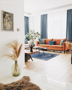 Salon Bohem Dekorasyon Eklektik Turuncu Mavi Beyaz Koltuk tak m Hal Salon hal s Fon perde Perde T l perde K rlent Ev tekstili Vazo Ev Aksesuar Ev bitkisi Pampas otu Tablo Duvar dekorasyonu Living Room Carpet, Living Room Plants, Sofa Set, Home Decor, Indian Interiors, House Interior, Room Decor, Bohemian Decor, Home Deco