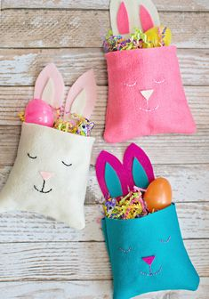 Easy DIY Felt Bunny Favor Bags - these are so cute! A lovely way to package little Easter gifts. Family Crafts, Easter Crafts For Kids, Diy For Kids, Felt Diy, Felt Crafts, Ostergeschenk Diy, Easy Diy, Spring Crafts, Holiday Crafts