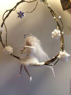 Купить или заказать Валяние Фея  'Зимний сад' в интернет-магазине на Ярмарке Мастеров. Фея в зимнем саду... Это - рождественская, новогодняя композиция, поэтому она вся в белых тонах. Жасминовая ветка, сделанная в виде качелей, украшена белыми цветами-снежинками, вышитыми бисером. Фея - ангел очень нежная и грациозная, хрупкая как снежинка... И конечно должна звучать музыка!