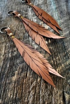 Leather Feather Keychain / Leather Key Chain by RusticMoonLeather Diy Jewelry Unique, Diy Jewelry To Sell, Jewelry Crafts, Handmade Jewelry, Leather Art, Leather Gifts, Leather Tooling, Handmade Leather, Painting Leather