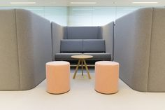 Planter - Cascando - Rombo / Pouf - Pedrali - wow / Acoustic wall - Buzzispace - Buzziville / Table - Hay - Copenhague round table