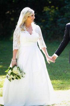 @palomablancawed Real Bride wedding dress Style 4160 www.palomablanca.com #weddingdress #sweetheart #lace #bolero #bride #PalomaBlanca #outdoorwedding