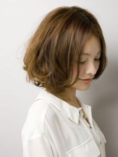 I really like this but my hair might be too frizzy. Hair Styles 2016, Medium Hair Styles, Curly Hair Styles, Chic Hairstyles, Short Bob Hairstyles, Hair Color And Cut, Asian Hair, Short Hair Cuts, Hair Lengths