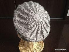 キャスケットの編み図です!模様はシンプルに、引き上げ編みで、自然と渦巻き模様になるように編んでみました^^後ろから見ると、こんな感じ^^1目ずつ右にずらしてあんでいるので、引き上げ編みが緩やかに右に流れています。自分用に…と思ってましたが、 Crochet Beret, Knitted Hats, Diy And Crafts, Paper Crafts, Japanese Nail Art, Cool Hats, Girl With Hat, Crochet Flowers, Winter Hats