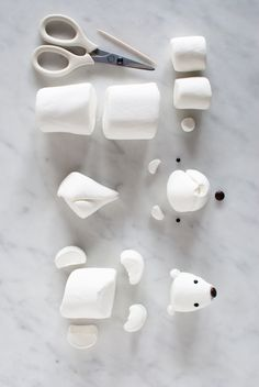 Cute Marshmallow Arctic Animals for a Winter Birthday Cake — super make it - How to make a marshmallow polar bear for the Arctic Cake from SuperMakeIt's Candy Aisle - Christmas Goodies, Christmas Desserts, Holiday Treats, Christmas Treats, Christmas Baking, Christmas Fun, Christmas Birthday Cake, Winter Birthday Parties, Candy Christmas Decorations