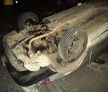 Una aparatosa volcadura de un auto Tsuru, sucedió en la calle Cerro de Ameca y Lázaro Cárdenas, en la colonia Loma Bonita Ejidal, en Zapopan, el auto que se volcó golpeó a otros dos, por fortuna sólo el conductor del auto volcado salió lesionado. Foto del reportero ciudadano Aldo Guillermo Ramírez.