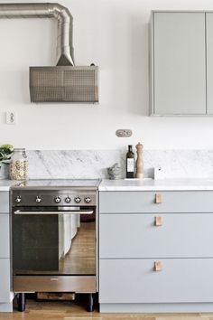 Minimal modern kitchen with marble counter top, smeg stove, alpes inox fan and leather handles Kitchen And Bath, New Kitchen, Kitchen Dining, Kitchen Decor, Minimal Kitchen, Kitchen Styling, Dining Room, Marble Countertops, Kitchen Countertops