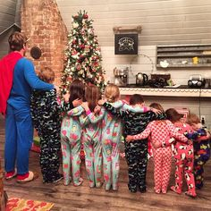 Pin for Later: How Your Favorite HGTV Stars Decorate For the Holidays Chip and Joanna Gaines Nothing complements the Christmas tree like Chip and the kids in matching holiday PJs! Joanna Gaines Family, Chip Und Joanna Gaines, Joanna Gaines House, Joanna Gaines Farmhouse, Magnolia Joanna Gaines, Joanna Gaines Style, Chip Gaines, Jojo Gaines, Gaines Fixer Upper