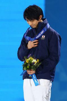 Yuzuru+Hanyu+Medal+Ceremony+Winter+Olympics+x7VKgM9anV8x.jpg 683×1,024ピクセル