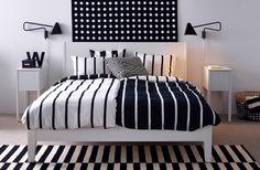 Schlafzimmer mit IKEA Textilien und Bettwäsche mit grafischem Muster, u. a. flach gewebter STOCKHOLM Teppich gestreift in Schwarz/Elfenbeinweiß