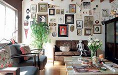 A estilista Patricia Grejanin conseguiu captar em sua casa de vila uma forte vertente da decoração contemporânea: o resgate ao passado. Na parede, imagens de ídolos como a do cantor Johnny Cash misturam-se a paisagens, flâmulas e fotos de infância