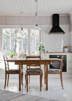 1900-luvun hirsitalo idyllisessä peltomaisemassa | Oikotie - Kotiin Kitchen Dining, Kitchen Decor, Dining Table, Interior Wallpaper, Cozy Cottage, Beach House, Sweet Home, Loft, Rustic