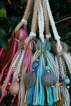 Let & cia Diy Tassel, Tassel Jewelry, Tassels, Yarn Crafts, Diy And Crafts, Arts And Crafts, Passementerie, Diy Projects To Try, Crochet