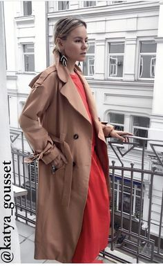 caramel trench coat and poppy red - the best transitional street style ideas