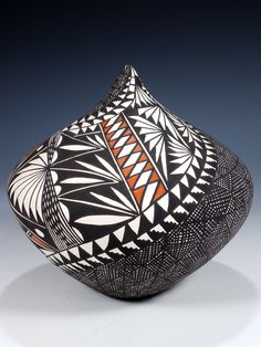 Traditional Acoma pottery is made using a slate-like clay found within the hills surrounding the Pueblo. Thrown Pottery, Pottery Bowls, Ceramic Pottery, Ceramic Art, Slab Pottery, Ceramic Bowls, Native American Baskets, Native American Pottery, Native American Art