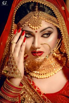 Newest Pictures arabic Bridal Makeup Ideas Bridal makeup appears to be intriguing every young lady features a dream to own ideal engagement mak Indian Bridal Photos, Indian Bridal Outfits, Indian Bridal Makeup, Bridal Makeup Looks, Indian Bridal Fashion, Bridal Dresses, Wedding Makeup, Indian Wedding Bride, Indian Wedding Jewelry