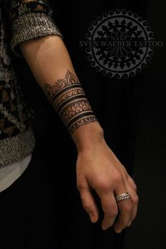 Tatouage, bracelet avant-bras, encre noire.