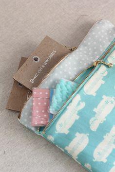 Patron trousse Double poche; Super tutorial pas à pas en photos et en vidéo. Free Sewing Pattern, Tutorial and Video - Double zip pouch