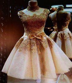 Vestido curto e dourado com laço na cintura                                                                                                                                                      Mais