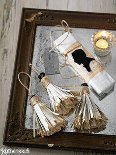 Tupsukoriste valmistuu kellastuneista sivuista, napeista ja juuttinarusta. Katso ohje ja tee itse kauniit joulukoristeet!