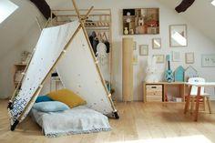 Une chambre d'enfant Montessori un peu revisitée. Ici le lit prend la forme d'un tipi pour un détail déco original.