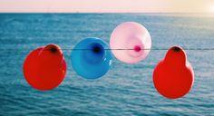 Luftballons hänegn an einem Band am Meer.