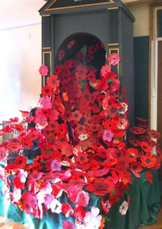 A stunning poppy tribute is on display at Park Lane Primary School to mark the centenary of the First World War. Remembrance Day Activities, Remembrance Sunday, Display Boards For School, School Displays, School Art Projects, Art School, School Craft, School Stuff, Poppy Craft