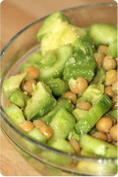 Salade Avocat , concombre et pois chiche! -1 avocat - 1/2 concombre - 1 petite canne pois chiche - 1c.soupe vinaigre de vin blanc - 1/4 T d'huile végétal - sel et poivre