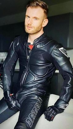 Mens Leather Pants, Tight Leather Pants, Biker Leather, Motard Sexy, Men In Tight Pants, Mode Latex, Motorcycle Suit, Leder Outfits, Hommes Sexy