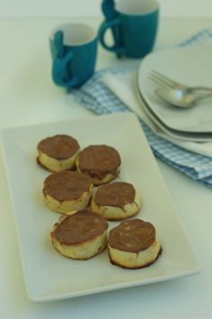 Galletas rellenas de mermelada de naranja y cubiertas de chocolate