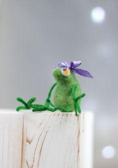 Needle Felt Frog A Little Felt Green Baby por FeltArtByMariana