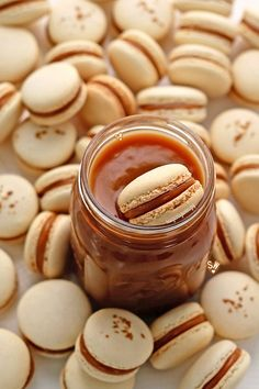 Simply scrumptious salted caramel macarons are bite-sized gems with macarons providing the perfect vehicle for the smooth and luxurious salted macaron filling. Caramel Recipes, Almond Recipes, Baking Recipes, Cookie Recipes, Dessert Recipes, Macaron Fimo, Macaron Recipe, Macaroon Filling, Macaroon Cookies