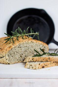 Brood uit de pan met olijven en rozemarijn – Foodie Feest