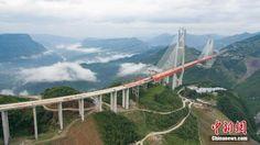 Beipanjiang híd, Kína  Az 1341 méter hosszú Pejpancsiang-híd 565 méterrel magasodik az azonos nevű völgy fölé. A frissen átadott szerkezet magasságát tekintve egy 200 emeletes épületnek felel meg. Építési munkálatai 2013-ban kezdődtek és nagyjából összesen egymilliárd jüant (43 milliárd forint) emésztettek fel. A szokásostól eltérően a híd egyes darabjai nem előre összerakva érkeztek meg, hanem a helyszínen illesztették össze őket.  Forrás: MTI