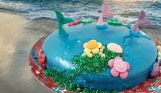 """🧜♀️ משדרג כל עוגה לעוגת חוף מקסימה🐋, עם גנאש כחול, כמו ים. מעט קישוטים והנה לכם עוגת חוף חגיגית, מיוחדת ומשמחת.🎉🎂 כל הפרטים במתכון מצ""""ב"""
